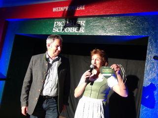 Ein Pichler-Schober-Herzerl gab es bei der 11. Weinpremiere von Sabine Pichler für Bgm. Gerhard Hartinger.