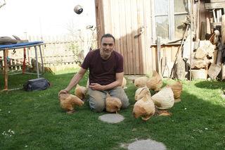 Andreas Mathes mit einer kleinen Schar seiner Hühner, welche vom 22. bis 24. 4. in Hirschstetten zu bewundern sind.