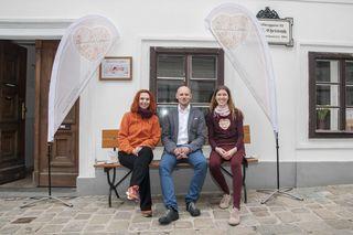 Eingespieltes Team: Klaus Gisinger mit zwei seiner Mitarbeiterinnen, Carina Kirchmayer (r.) und Ella Flavin.