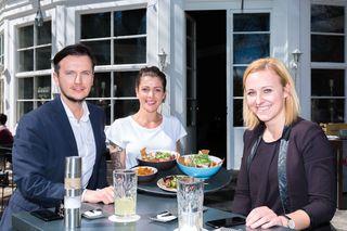 Sommerliches Gastgartenflair im Café Promenade genossen Richard Peer (l.) und WOCHE-Redaktionsleiterin Verena Schaupp (re.).