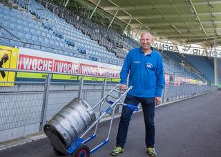 Verkehrte Welt: Stunden vor dem Spiel sind Kurt Grössingers Fässer noch voll und das Stadion leer. Das ändert sich aber schnell ...