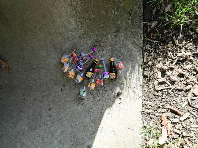 Am Tunneleingang platzierte kleine Schnapsflaschen.