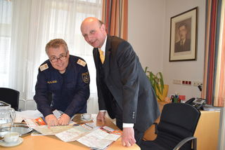 Chefinspektor Leopold Heindl mit Bezirkshauptmann Andreas Riemer.