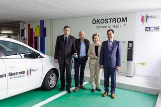 Setzen auf Ökostrom:  Christian Holzknecht (Vorstandsvorsitzender Hall AG), Ernst Eppensteiner (BOE), Bürgermeisterin Eva Posch, Artur Egger (technischer Vorstand Hall AG)