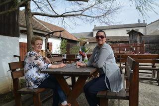 Melitta Hautzinger mit der Chefin des Schlossahauses – hier sitzt sie gerne und genießt Freunde, Wein und Essen.