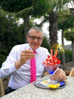 August Teufl mit dem leckeren Erdbeerbecher