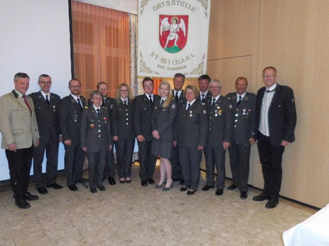 Die Ausgezeichneten mit den RK-Kommandanten und zwei Bürgermeistern.