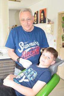 Zahnarzt Johann Atanasov geht mit September in Pension. Noch kann Raphael Oberleitner sich in Dobersberg behandeln lassen.