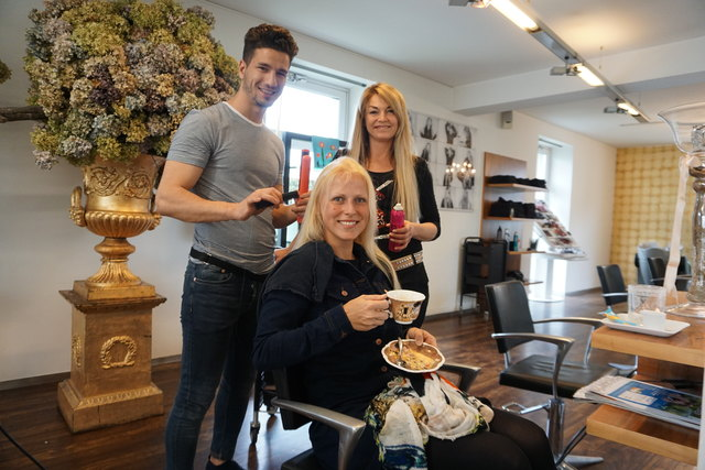 Zufriedene Chefin: Gabriele Sophie mit Lehrling Abdalah und einer Kundin im Frisiersalon in Großwilfersdorf.