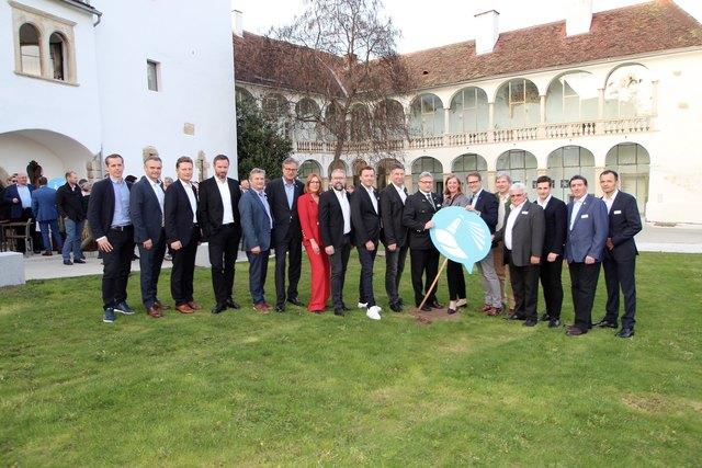 Erster Zukunftstag der Wirtschaftsregion Hartberg: Veranstalter und Gäste, an der Spitze Wirtschaftslandesrätin Barbara Eibinger-Miedl diskutierten im Schloss Hartberg.