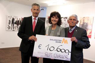 Pepi Wurzer übergab in der Dolomitenbank 10.600 an Barbara Baumgartner von Rainbows Tirol.