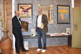 Geschichte trifft Moderne: Benjamin Sintschnig (li.) und Wolfgang Kulmitzer eröffneten Wenger-Senfmuseum am neuen Wenger-Produktionsstandort in der Lastenstraße