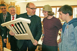 Dir.Stv. Walter Stöckl, Dir. Christian Margreiter, Bischof Hermann Glettler und zwei Schüler der TFBS-Holztechnik
