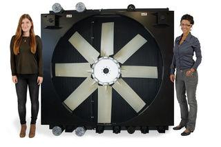 Bettina (links) und Melanie präsentieren eines der hocheffizienten HENNLICH-Kühlsysteme für Motoren.
