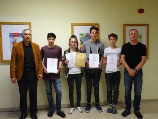 Erfolgreiche SchülerInnen: Direktor Roman Neuruer, Lukas Fili, Sophia Klobucaric, Elias Zauner, Bastian Wieser und Lehrer Klaus Oberkofler (v.l.).
