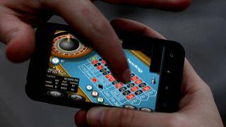 Das Glücksspiel verlagert sich zunehmend ins Internet. Minderjährige haben hier leichteren Zugang, warnen Suchtexperten.