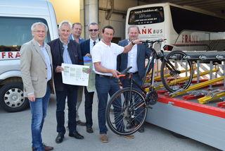 Die Bürgermeister der Region und Mitarbeiter von Frank Reisen führen den eigens angeschafften Rad-Anhänger vor.
