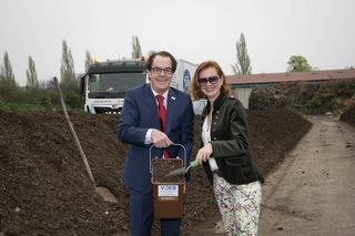 VOEB-Präsident Hans Roth gemeinsam mit Gaby Jüly, Geschäftsführerin der Firma Abfallservice Jüly.