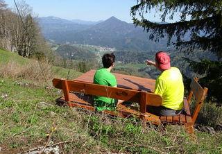 Das schöne Sitzplatzerl auf dem Schwarzenberg mit herrlichem Tiefblick nach Türnitz