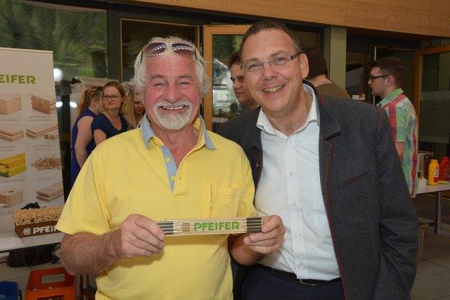 Holzfachleute unter sich: Zirbenexperte Sepp Reinstadler und Michael Pfeifer, Geschäftsführer der Pfeifer Group