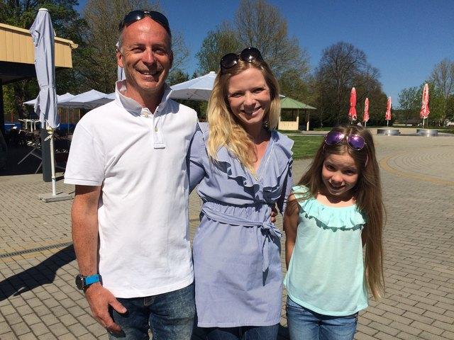 Klaus, Eva und Anna Siegl freuen sich auf ihre Gäste im Freibad in Jennersdorf.