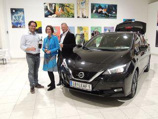 Elisabeth Wechtitsch mit Künstler Werner Stadler, Winzer Hannes Sabathi und dem Hauptakteur Nissan Leaf.
