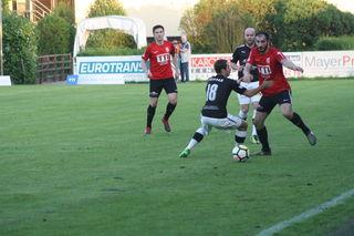 13 Punkte Rückstand bei noch vier ausbleibenden Spielen sind für Union TTI St. Florian (r. Rexhe Bytyci) zu viel.