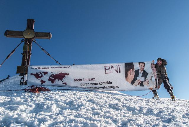 BNI Tirol Chef mit Firmenbanner auf 3.798m