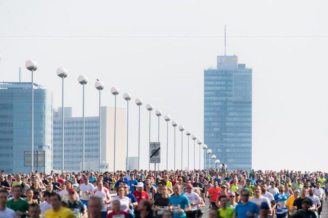 Vienna City Marathon 2018, Start auf der Reichsbrücke: Bereits um 9 Uhr hatte es 19 Grad.