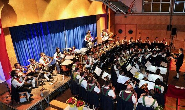 Neues Konzertgefühl in Oberperfuss: Die Musikkapelle nutzte die Möglichkeiten der neuen Bühne.