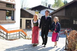 Um 10.30 Uhr hat nun auch der zweite Pongauer und Goldegger Spitzenkanditdat der Landtagswahl seine Stimme abgegeben. Hans Mayr trat Hand in Hand mit Gattin Maresi Mayr und Tochter Lara den Gang zum Wahllokal in der Volksschule seiner Heimatgemeinde Goldegg an.