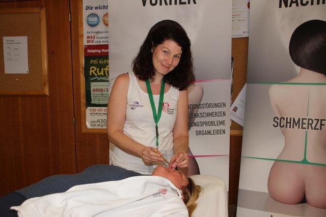 Power-Point-Therapy: Susanne Höfinger löst Beckenblockaden.
