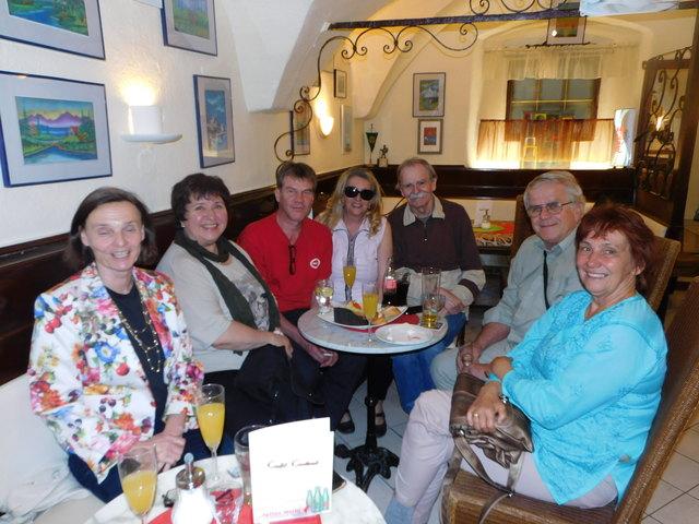 Damir Veble (3.v.r.) mit Freunden zur Eröffnung sener Ausstellung im Café Central