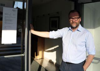 Der NEOS-Spitzenkanditat zur Salzburger Landtagswahl kommt aus dem Pongau. Sepp Schellhorn spazierte am heutigen Morgen bei strahlendem Sonnenschein durch den Dorfplatz seiner Heimatgemeinde in Goldegg Richtung Gemeindeamt. Pünktlich um acht Uhr betrat der Goldegger das Wahllokal im Einklang, wo er als einer der Ersten zur Stimmabgabe empfangen wurde.