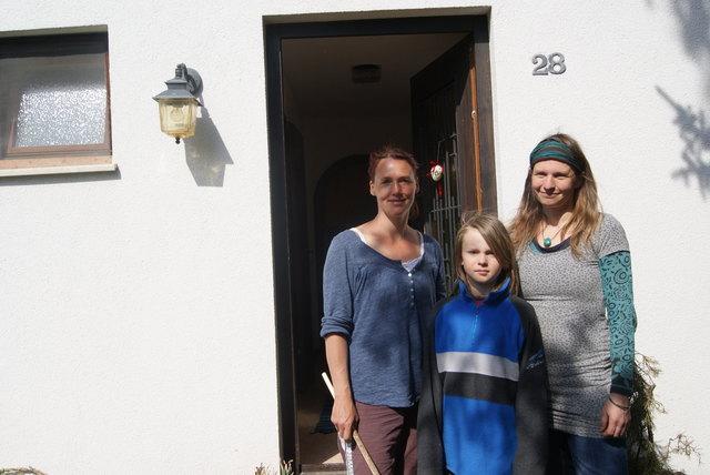 Vor der Vereinstür: Lucia Brenner mit Alvin und Veronika Stockert.