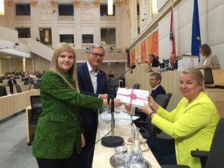 Elisabeth Feichtinger und Ex-Sozialminister Alois Stöger übergaben die Unterstützungserklärungen an die Sozialministerin.