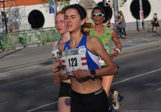 Laura Croll (StNr. 123) bei Kilometer 7 Schulter an Schulter mit der späteren Siegerin Cornelia Wohlfahrt.