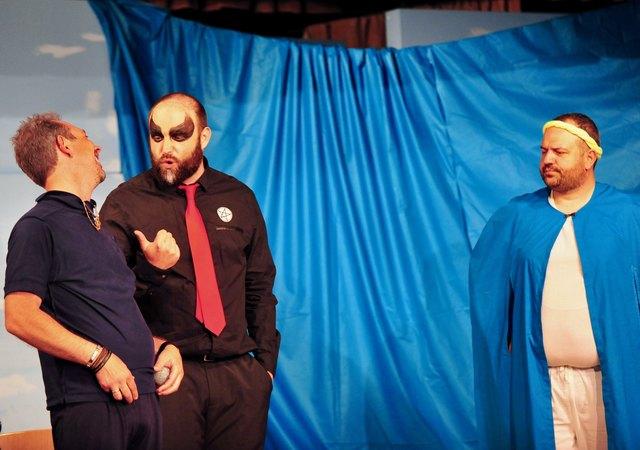 Bürgermeister Ewald braucht bei der Beratung mit dem höllischen Werbeagenten seinen Schutzengel.