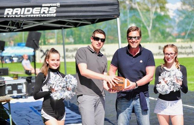 Neue Football-Fans: Bgm. Christian Abenthung (re.) und SV Axams-Obmann Michael Kirchmair mit Ei und Raiderettes!
