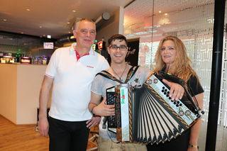 Standort-Manager Karl Thurner und Brigitte Deutsch mit Solointerpreten Markus Grill
