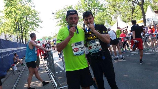 Roman Takacs (li.) lief beim Vienna City Marathon mit.