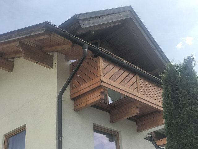 Durch diesen Balkon krachte der Oberhofer.