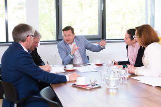 """Erfolgsprogramm: WB-Direktor Kurt Egger (M.) erläutert die """"Wachstumspartnerschaft""""."""