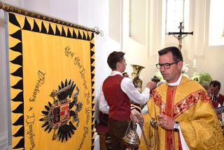 """Pfarrer Robert Strohmaier segnete die restaurierte """"Kaiserfahne"""" des ÖKB-Ortsverbandes Weinburg."""