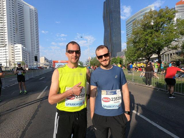 Glücklich im Ziel beim Vienna City Marathon: Peter Wagner (li.) mit seinem Sohn Thomas.