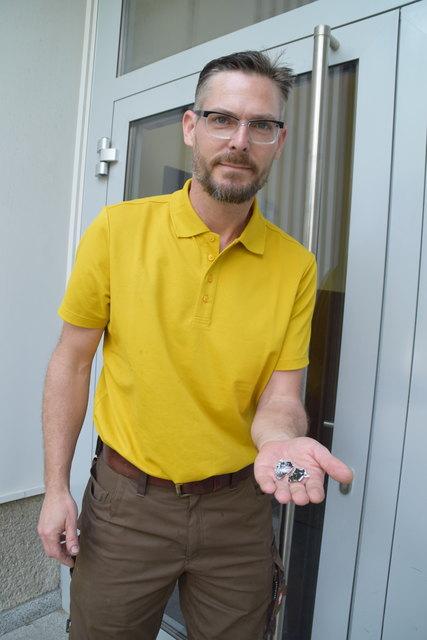 Jürgen Schobert hält die Reste des Feuerwerkskörpers in Händen.