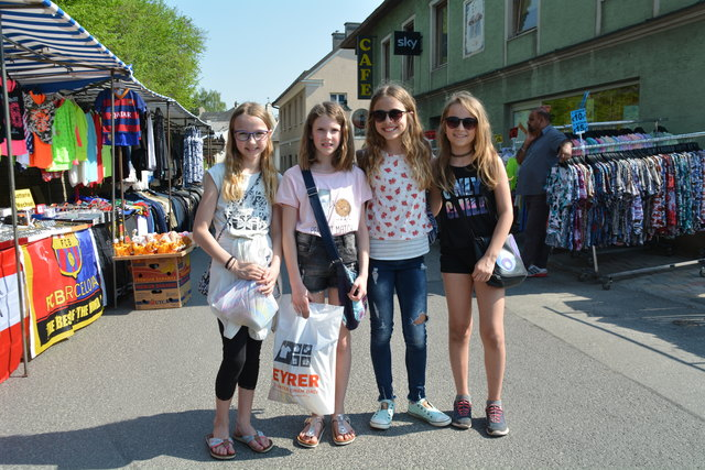 Vier junge Damen genossen das Kirtagstreiben: Jana Sonnleitner-Eichinger, Marina Steindl, Amelie Reisinger und Alina Neuhauser.