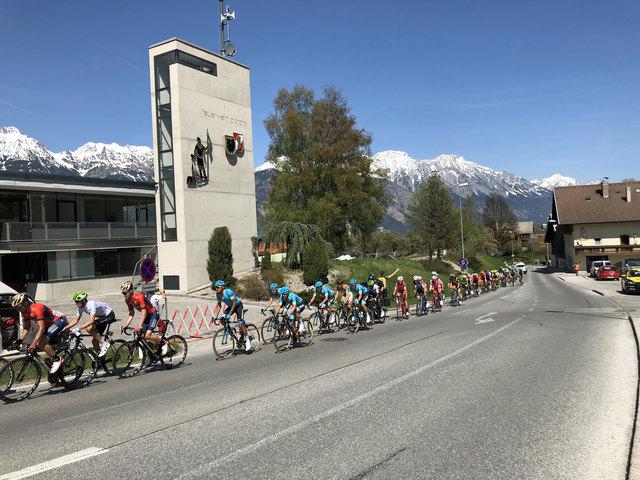 Die absoluten Radsuperstars in Aldrans beim Anstieg zum Olympia Climb. (c) Foto Skamen