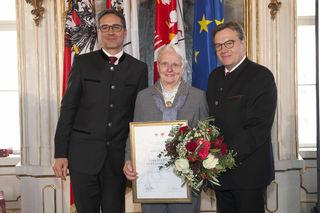 LH Günther Platter (re.) und Südtirols LH Arno Kompatscher (li.) zeichneten Marianne Stöger im Februar 2018 mit dem Ehrenzeichen des Landes Tirol aus.