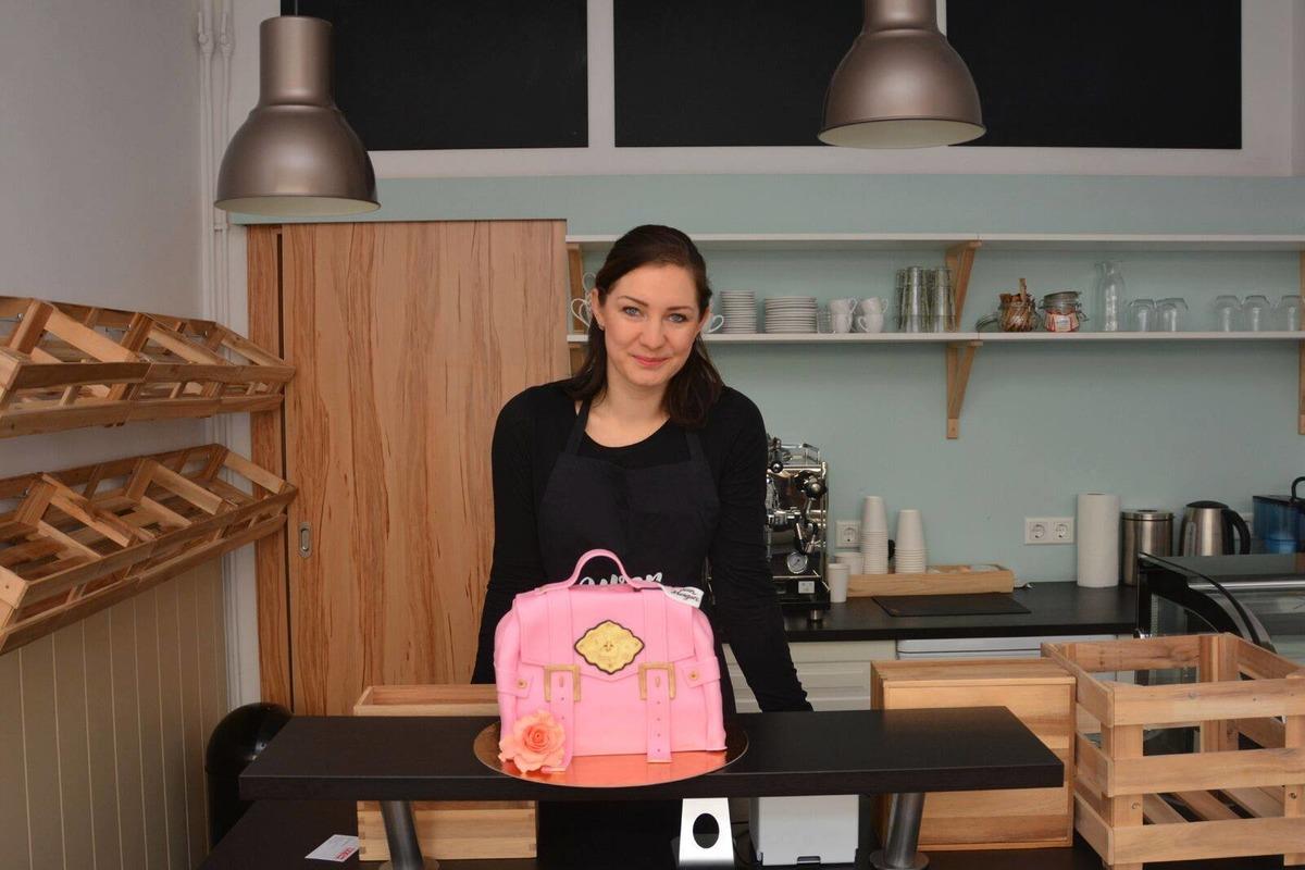 Vanessa Hagen In Ihrem Gemütlichen Geschäftslokal In Der Hauptstraße 11 In  Mattersburg. Kuchen, Torten